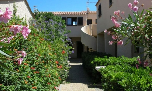 Chemins fleuris à Aphrodite Village Naturiste - © Locations-Leucate.com