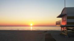 Aphrodite Village Naturiste - Lever de soleil face au poste de secours sur la plage © Locations-leucate.com
