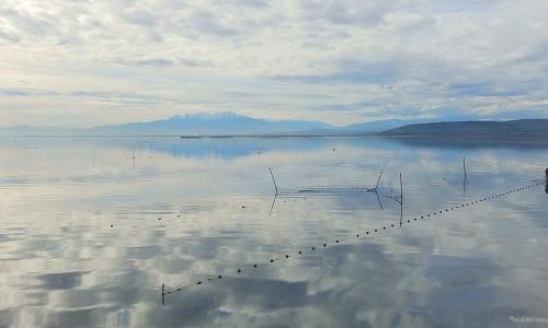 Etang de Leucate avec vue sur le Canigou, filets de pêche et parcs à huîtres - © Locations-Leucate.com