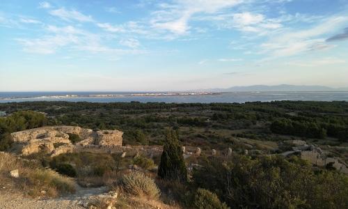 Vue du château de Leucate sur l'étang, les parcs à huîtres et Port Leucate - © Locations-Leucate.com