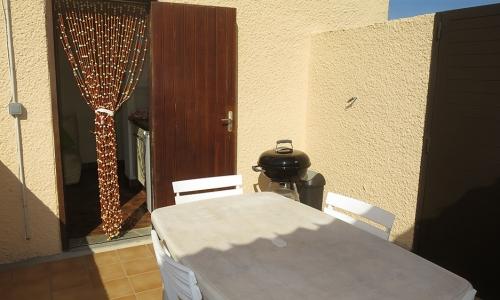 Terrasse privative exposée plein sud et sa porte de communication avec le studio 306 à Aphrodite Village Naturiste - © Locations-Leucate.com
