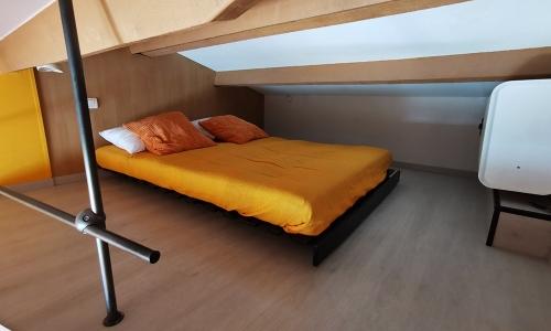 Mezzanine avec matelas futon 140x190 du studio 924 à Aphrodite Village Naturiste - © Locations-Leucate.com