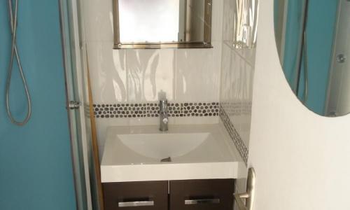 Salle d'eau du studio 924 à Aphrodite Village Naturiste - © Locations-Leucate.com
